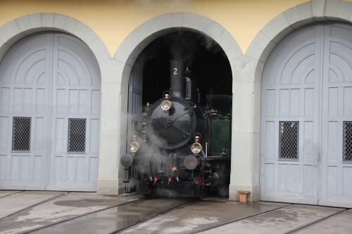 Die Dampflok Ed 3/4 Nr. 2 «Hinwil» rollt aus der Lok-Remise in Uster zu den bevorstehenden Probefahrten.