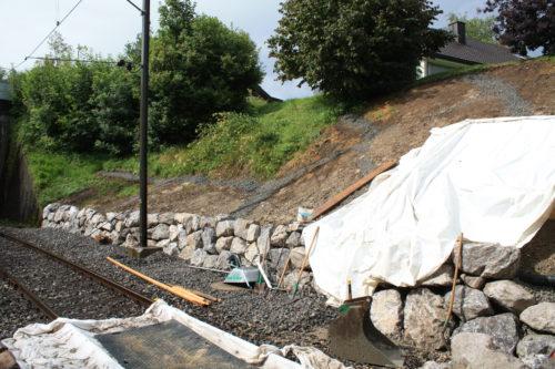Die fertige Mauer mit den sichtbaren Stütz- und Entwässerungsriegeln in der Böschung, © DVZO, Lukas Trüb